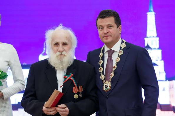 Колоссальный дед Виктор Лошадкин, или Как пчелы помогают восстанавливать казанские храмы