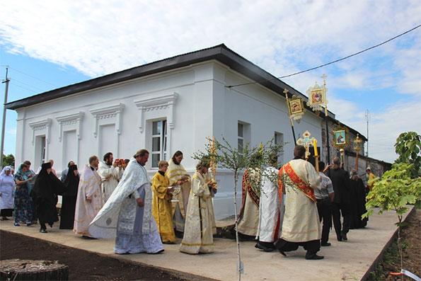 В возрождаемом Александро-Невском монастыре совершено освящение первого храма