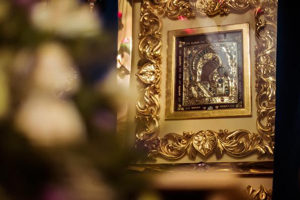 «Пресвятая Богородица, возроди веру в сердцах наших, утоли печали наши, ниспошли нам благодатную помощь Божию»