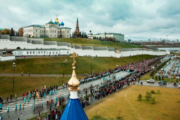 В праздник Казанской иконы Божией Матери митрополит Феофан возглавил Литургию в Казанском кремле и крестный ход к месту обретения святыни