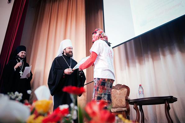 Митрополит Иларион вручает грантовые сертефикаты