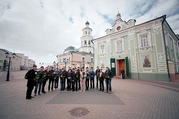 Активисты казанского православного молодежного движения поздравили девушек с Днем святых жен мироносиц