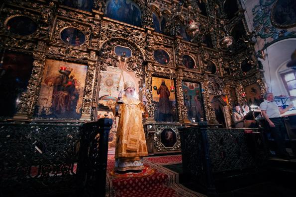 Митрополит Феофан совершил воскресное богослужение в Петропавловском соборе