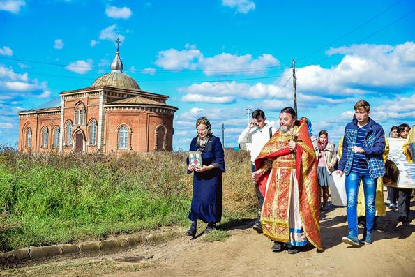 Православная нижнекамская «молодежка» посетила старинный храм в Ачах