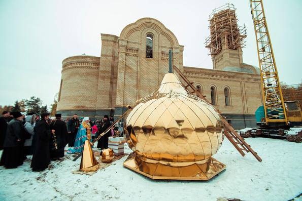 В ходе посещения Набережных Челнов митрополит Феофан освятил купол и крест храма Казанской иконы Божией Матери