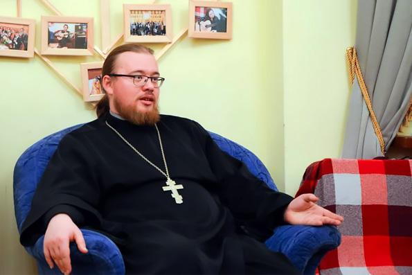 Священник рассказал молодежи о проблеме нравственности в Интернете