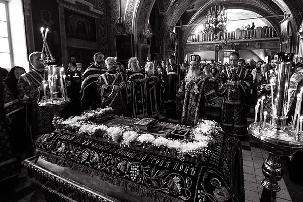 Митрополит Феофан совершил вечерню Великого Пятка с выносом Плащаницы в Никольском соборе Казани