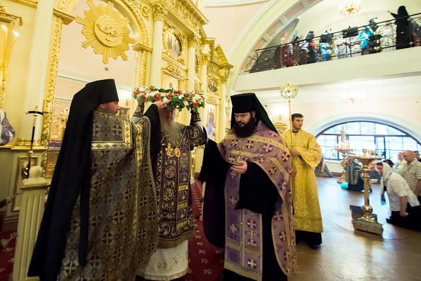 В канун праздника Происхождения Честных Древ Креста Господня митрополит Феофан совершил всенощное бдение в Казанско-Богородицком монастыре
