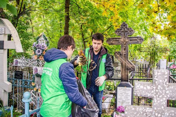 На Арском кладбище Казани прошла межконфессиональная акция по уборке мест захоронений