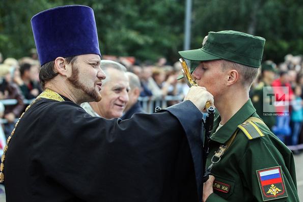 Священник благословил первокурсников высшего танкового командного училища